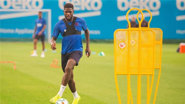 صامويل اومتيتي مدافع برشلونة في تدريبات الفريق صباح اليوم