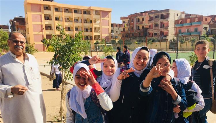 ماهر شتية عمدة قرية نجريج امام مدرسة محمد صلاح في الطفولة
