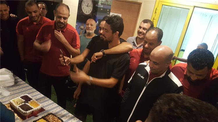 طاهر محمد طاهر مع لاعبي وجهاز المقاولون