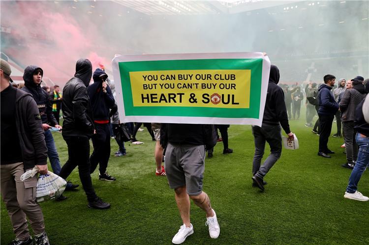 جماهير مانشستر يونايتد تقتحم أولد ترافورد