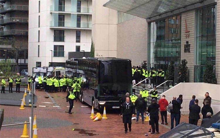 قوات الأمن أمام ملعب أولد ترافورد