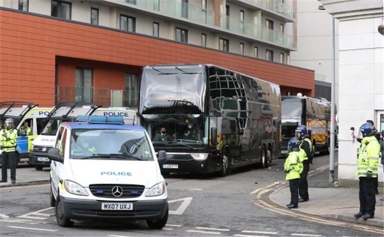 الشرطة ترافق لاعبي مانشستر يونايتد خارج الفندق