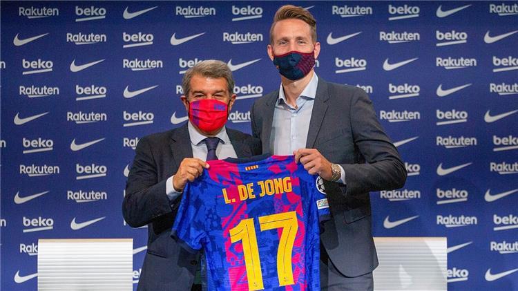 دي يونج بالقميص 17 مع برشلونة