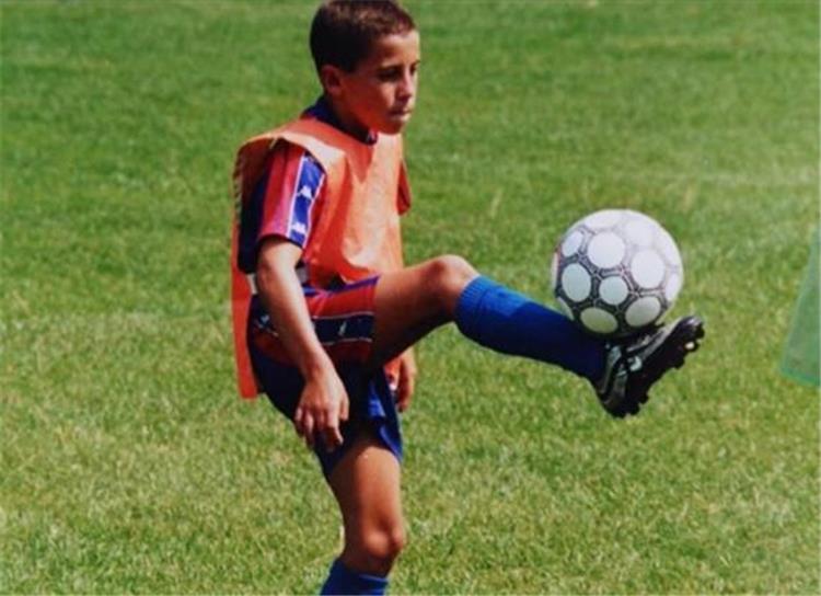إيدين هازارد بقيمص برشلونة عندما كان طفلًا