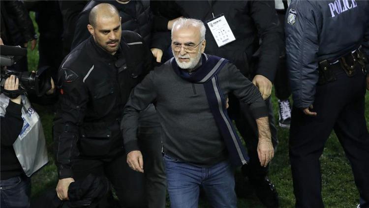 رئيس باوك اليوناني يوضح سبب نزوله للملعب بالسلاح ويعتذر