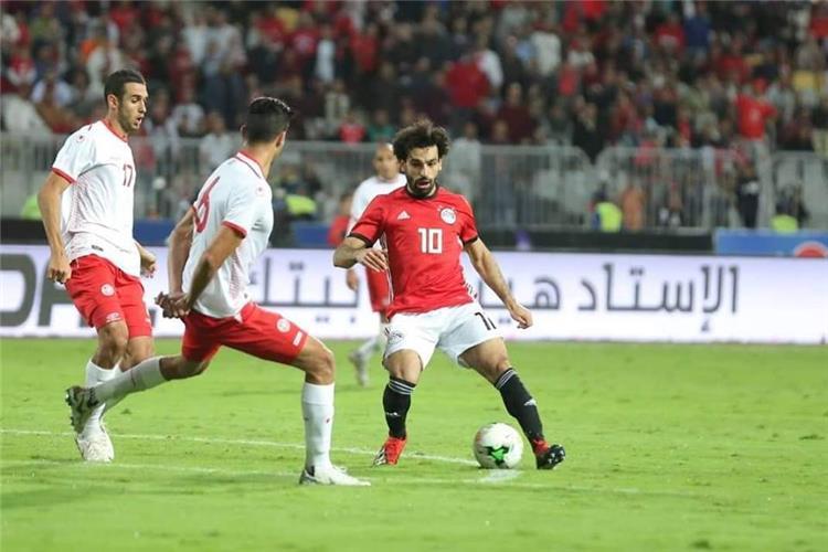محمد صلاح يعتذر لمشجعة منتخب مصر بسبب التأخير