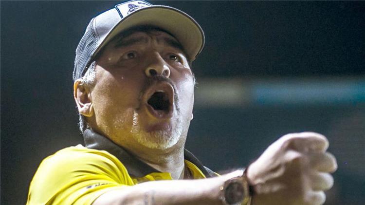 مارادونا مهاجمًا لاعبي الأرجنتين بعد الخسارة أمام كولومبيا: لا يقدرون قيمة هذا القميص!