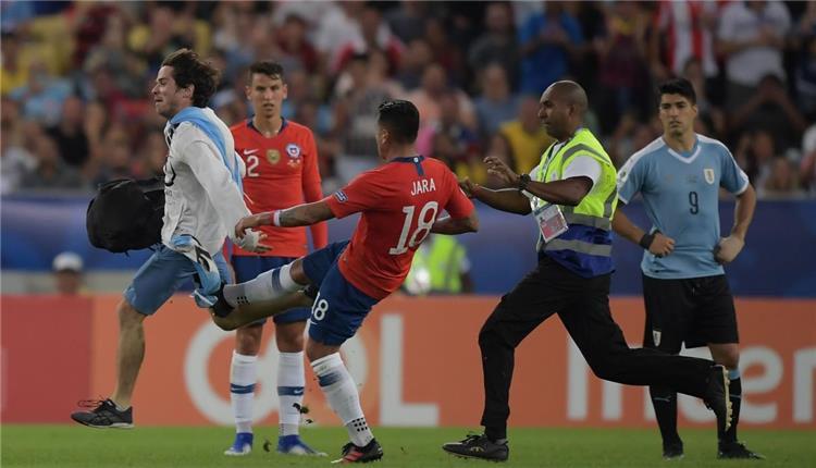 جونزالو خارا يعتدى على مشجع