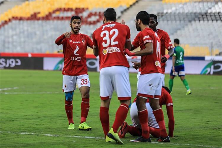 ناصر ماهر مع لاعبي الاهلي في مباراة المقاصة