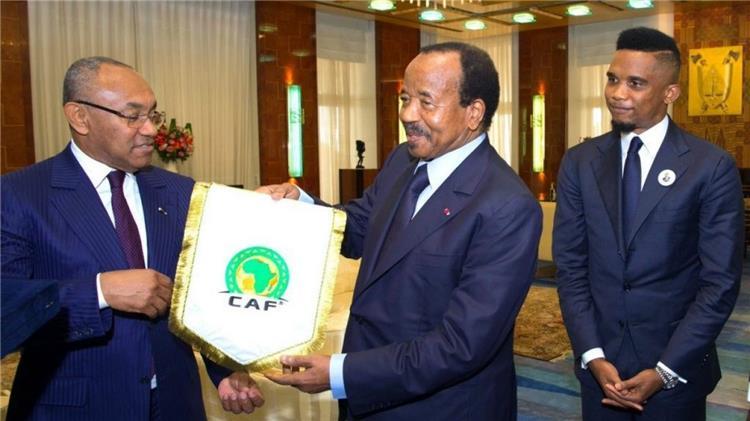 احمد احمد رئيس الكاف مع صامويل ايتو ورئيس الاتحاد الكاميروني