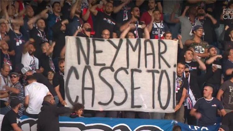 لافتات مهينة من جمهور باريس سان جيرمان ضد نيمار