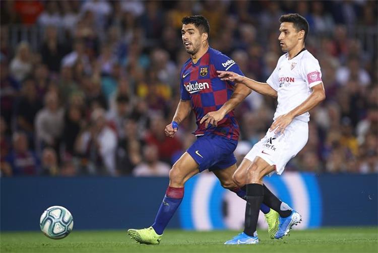لويس سواريز لاعب برشلونة خلال لقاء اشبيلية في الدوري الاسباني