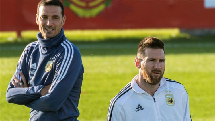 ميسي وسكالوني مدرب منتخب الارجنتين