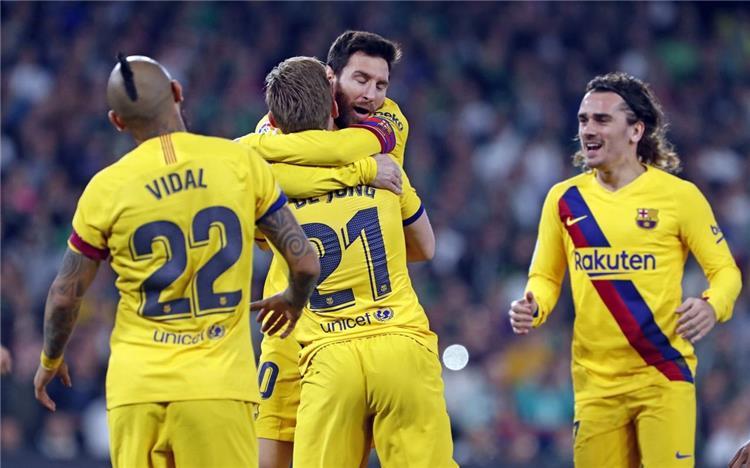 دي يونج وميسي ولاعبو برشلونة
