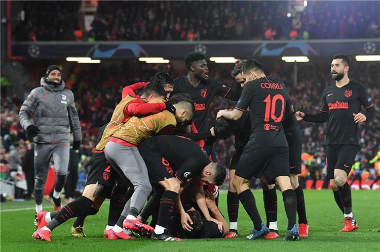 احتفال لاعبو أتلتيكو مدريد بهدف ليفربول