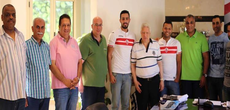 محمود خليل فلفل حارس يد الزمالك مع رئيس النادي