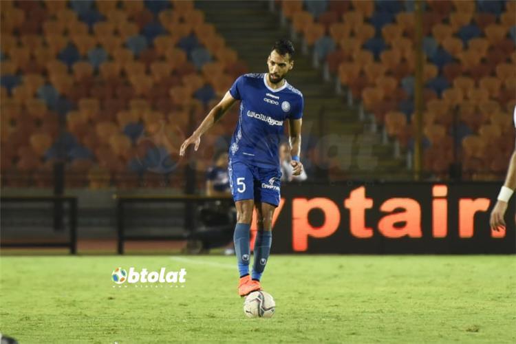 محمد جابر لاعب اسوان يقف على الكرة امام الزمالك