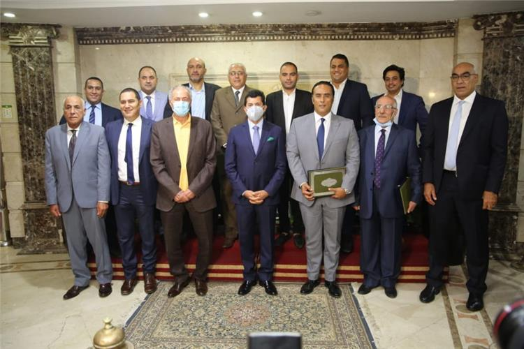 وزير الرياضة يكرم منظمي قرعة كأس العالم لكرة اليد بحضور بحضور رئيس الاتحاد الدولي