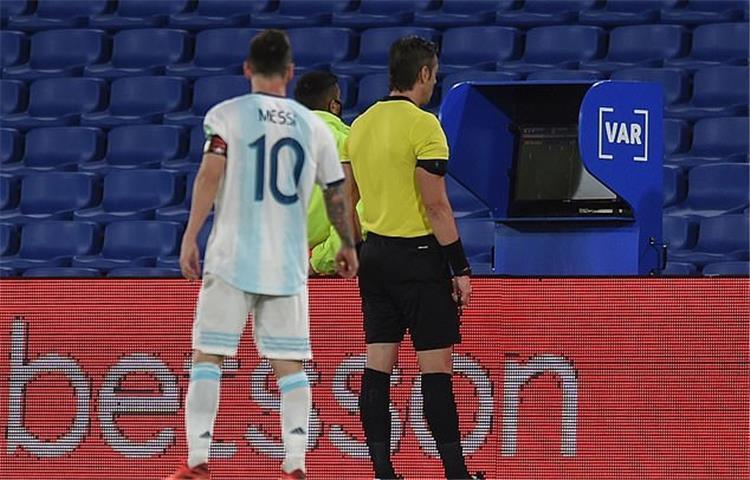 ميسي وحكم مباراة الأرجنتين وباراجواي