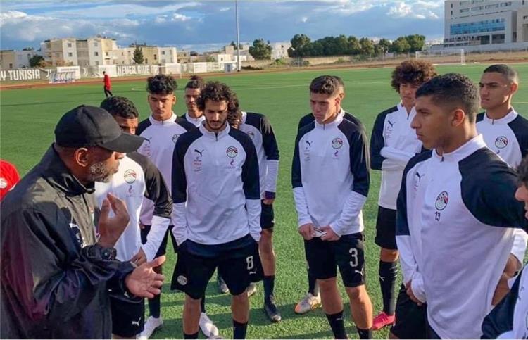 ربيع ياسين مع لاعبي منتخب الشباب