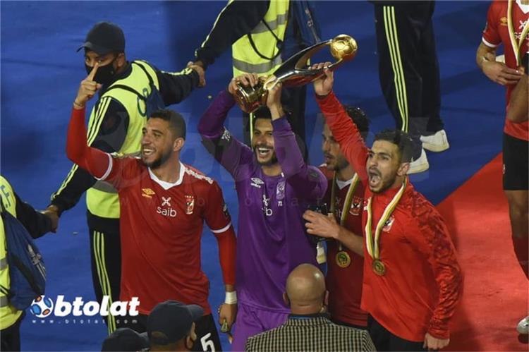 لاعبي الأهلي خلال الاحتفال بالتتويج بالتاسعة
