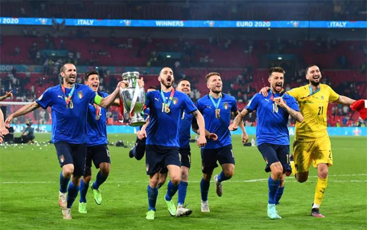 دوناروما ولاعبي إيطاليا