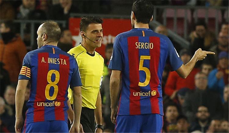 أخبار..جماهير برشلونة تهاجم رئيس رابطة أندية الليجا بسبب بيكيه