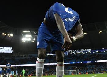 صور.. روديجر يعتذر لمشجع بإعطائه قميصه بعد الهزيمة المُذلة من مانشستر سيتي