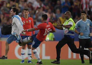 فيديو وصور.. خارا يغفل عن كافاني ويركل مُشجع في مباراة أوروجواي وتشيلي