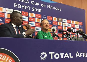 مدرب نيجيريا يُشيد بأحمد موسى بعد التأهل لثمن نهائي أمم إفريقيا 2019