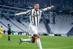 رونالدو يتفوق على محمد صلاح وميسي ويتوج بجائزة القدم الذهبية