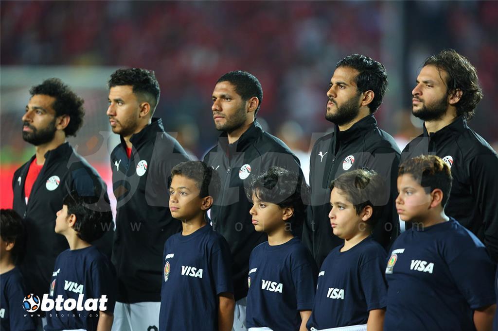 لاعبي منتخب مصر اثناء تحية العلم
