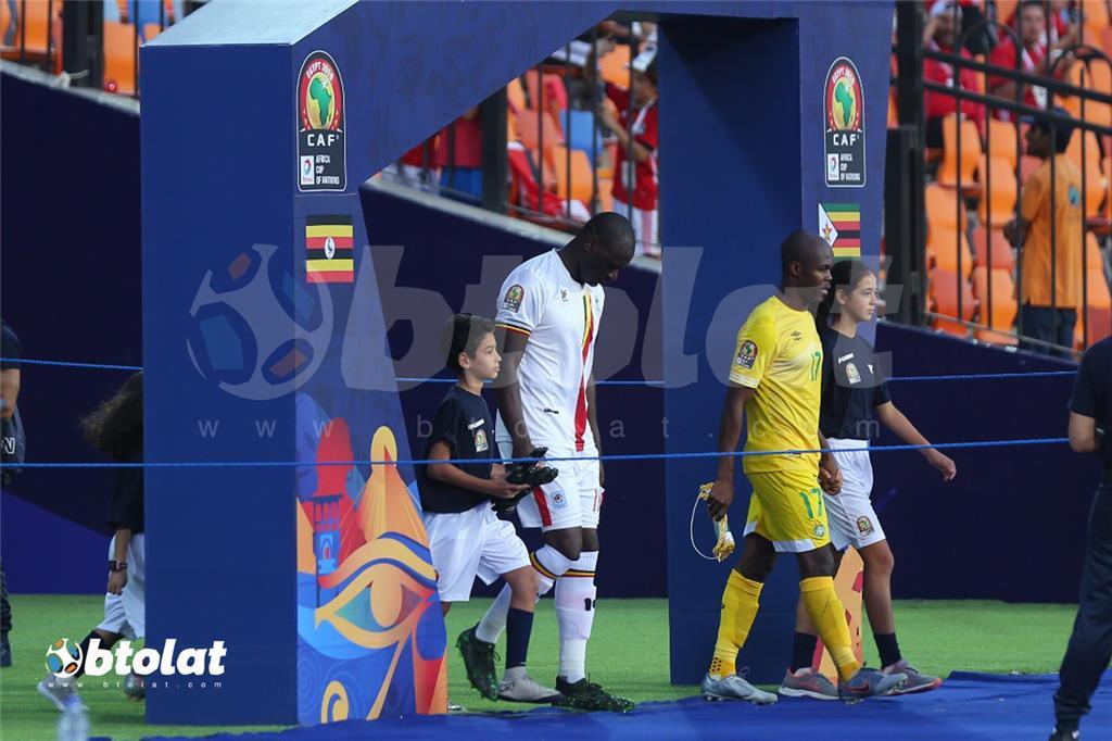 دخول لاعبي زيمبابوي واوغندا لارض الملعب
