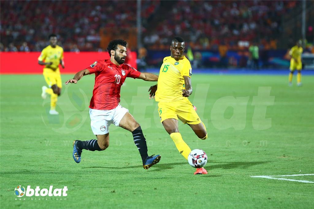 محمد صلاح يراوغ لاعب زيمبابوي