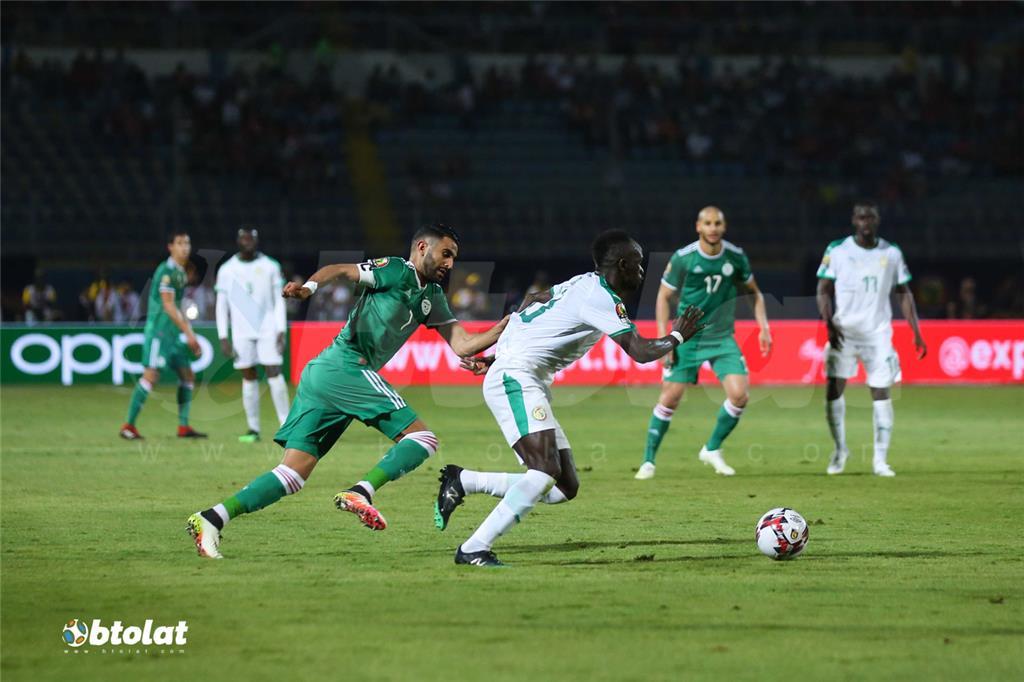 صراع بين رياض محرز وماني علي الكرة في مباراة الجزائر والسنغال