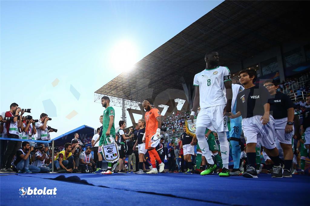 لحظة نزول لاعبي الجزائر والسنغال لارض ملعب المباراة