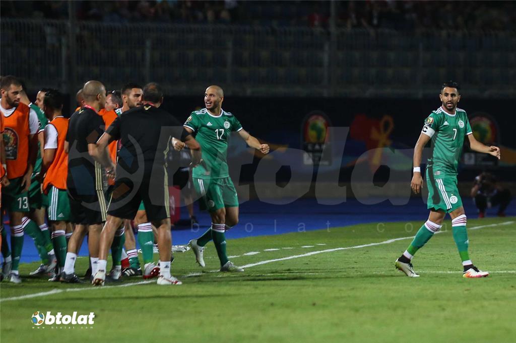فرحة لاعبي الجزائر بعد تسجيل هدف الفوز علي السنغال