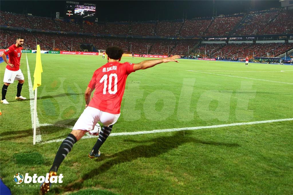 محمد صلاح يستعد للعب الضربة الركنية