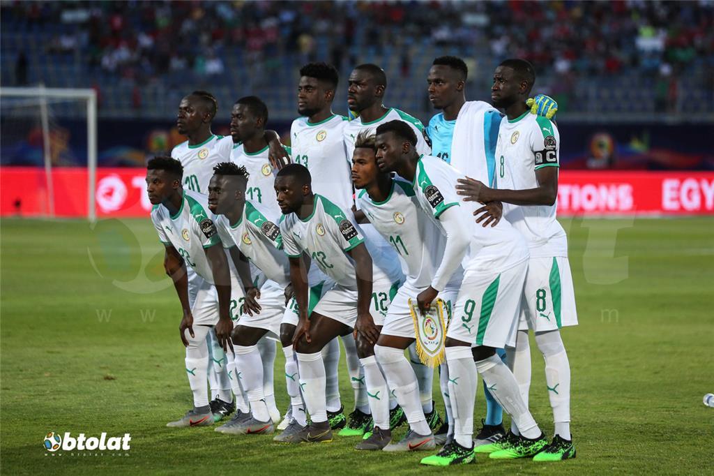 لاعبو السنغال قبل بدء المباراة امام الجزائر