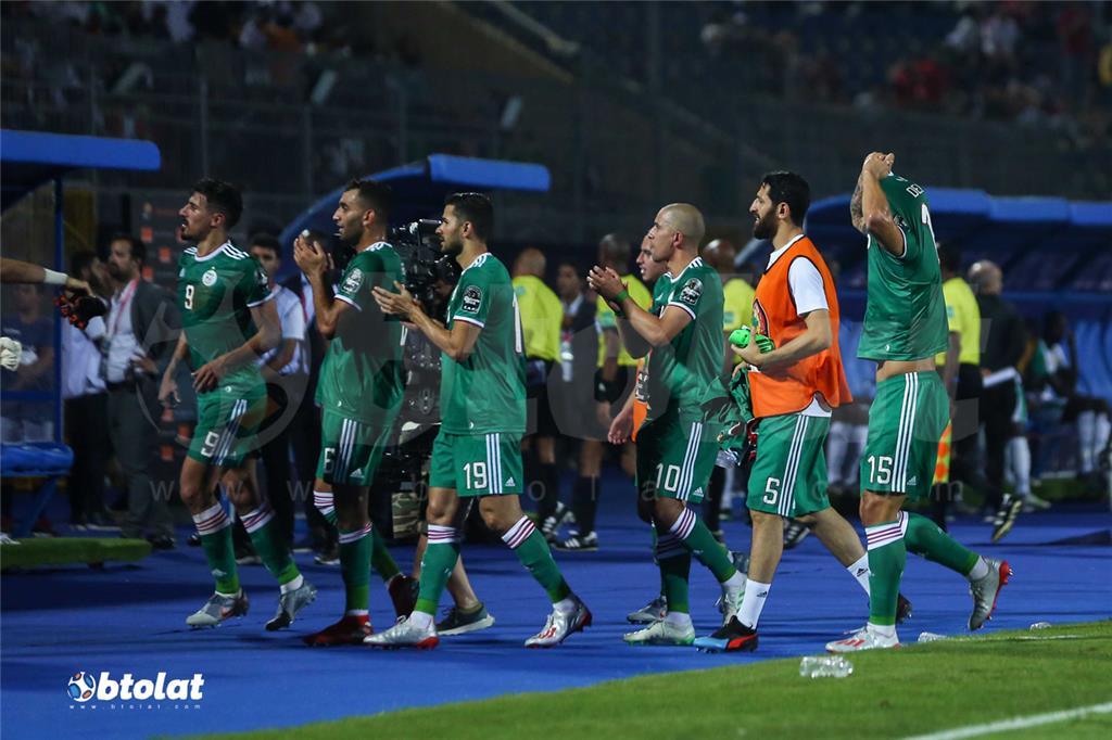 فرحة لاعبي الجزائر بعد انتهاء المباراة والفوز علي السنغال بهدف دون رد