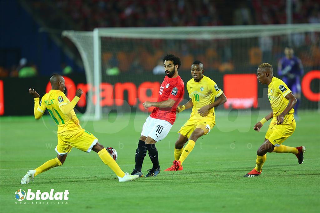 محمد صلاح يتوسط ثلاث لاعبين من منتخب زيمبابوي