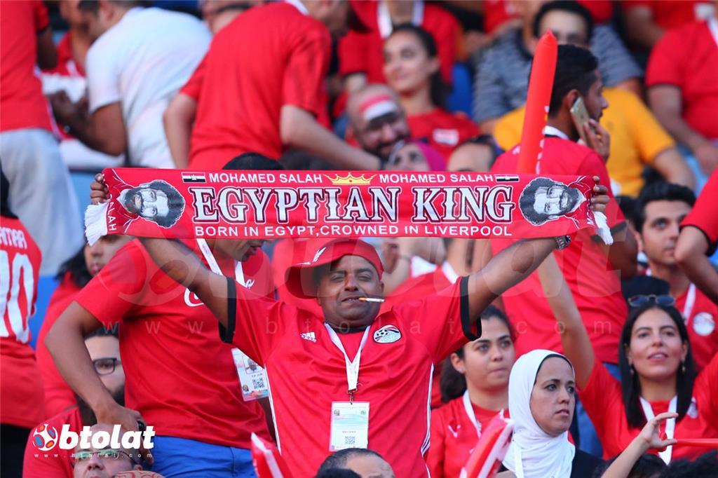 مشج مصري يحمل كوفيه مكتوب عليها صلاح ملك مصر