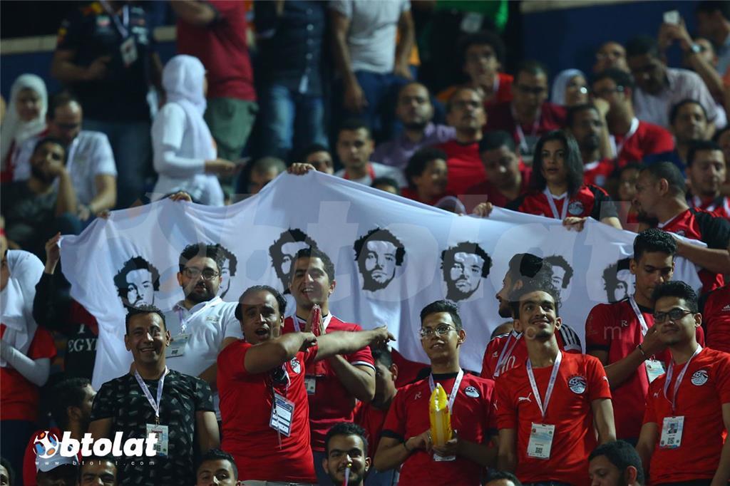 الجمهور المصري يحمل لافته عليها صور محمد صلاح بالمدرجات