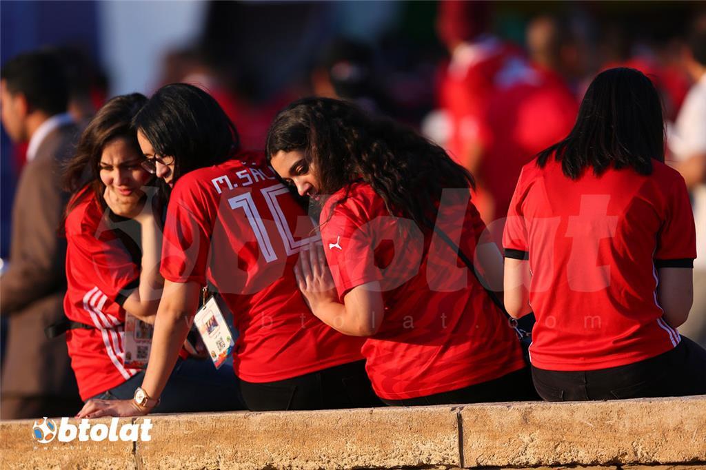 مشجعات مصريات جالسين في انتظار بداية البطولة الافريقية