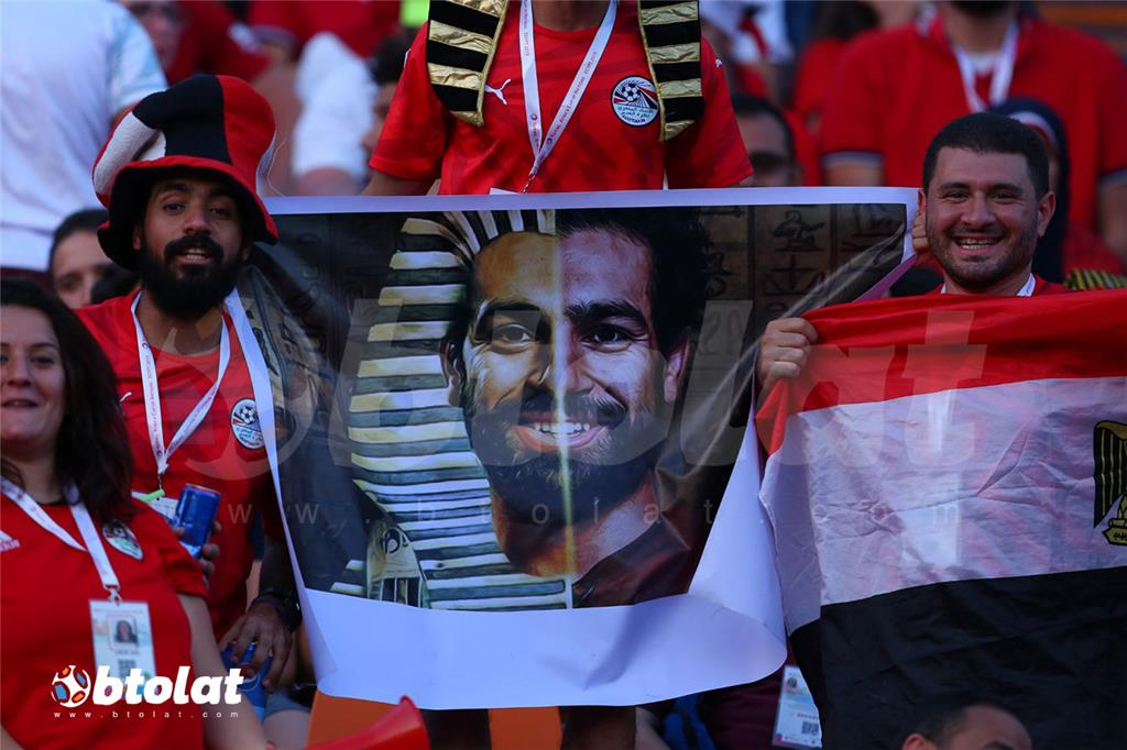 مشجعيين مصريين بجانب بوستر لمحمد صلاح