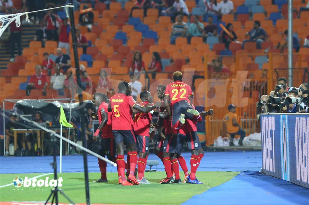 فرحة لاعبي اوغندا بتسجيل هدف في مرمي زيمبابوي