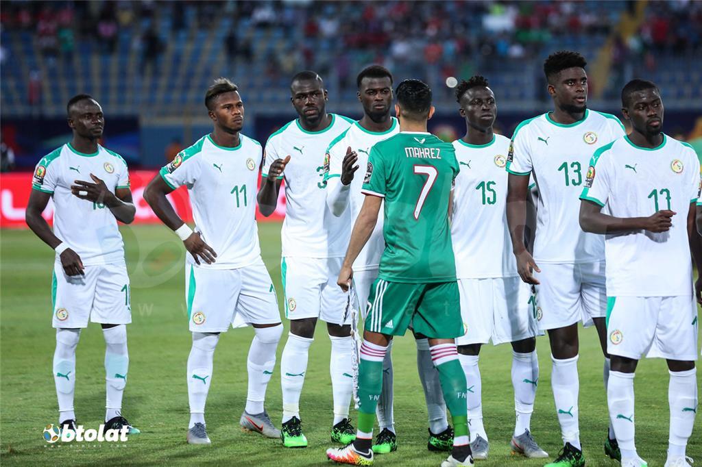محرز يتوسط لاعبي السنغال