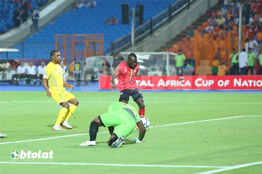 لحظة تسجيل لاعب اوغندا الهدف