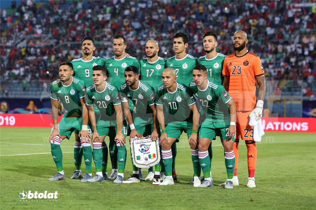 لاعبو الجزائر قبل بدء المباراة امام السنغال