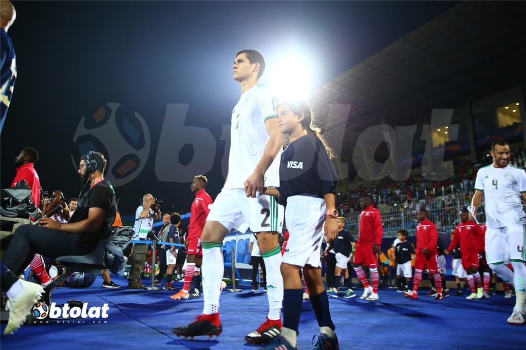 لاعبي الجزائر لحظة دخول ارض ملعب المباراة
